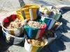 Fischernetze in bunten Plastikkörben