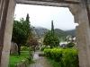 Blick vom Kloster auf regenverhangene Berge