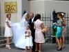 Hochzeitspaar vor der Kirche