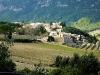 Kleines Dorf am Berghang