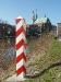 Polnischer Grenzpfahl mit Blick auf St. Peter und Paul