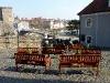 Café-Bänke mit Blick auf die Friedensbrücke ...