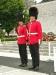 Zwei Wachsoldaten am Mahnmal