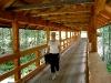 Brücke über den Bach im Alpine Resort