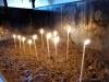 Kerzen anzünden im Kloster