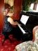 Eine Pianospielerin unterhält die Gäste