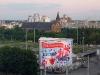 Der Dom zwischen Werbung und Hochhäusern