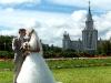 Hochzeitspaar vor der Universität