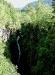 Hängebrücke mit Wasserfall