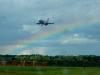 Regenbogen mit landendem Flieger